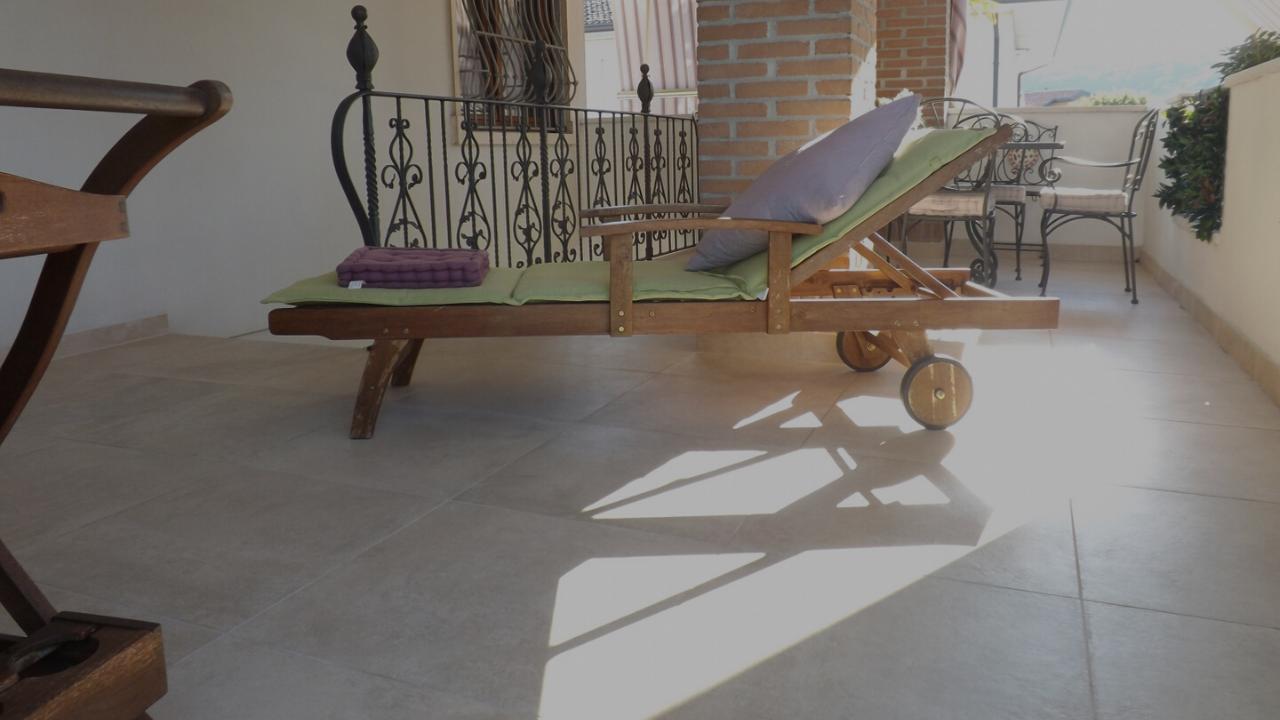 Sovrapposizione di un pavimento esterno in una terrazza a Costabissara (Vicenza)